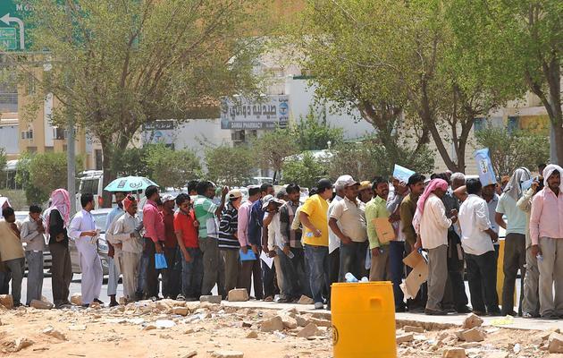 Des travailleurs étrangers dans l'attente d'accéder aux services de l'immigration, à Ryad [Fayez Nureldine / AFP]