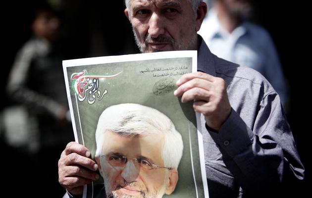 Un partisan de Saïd Jalili brandit son portrait, à Téhéran le 31 mai 2013 [Behrouz Mehri / AFP]