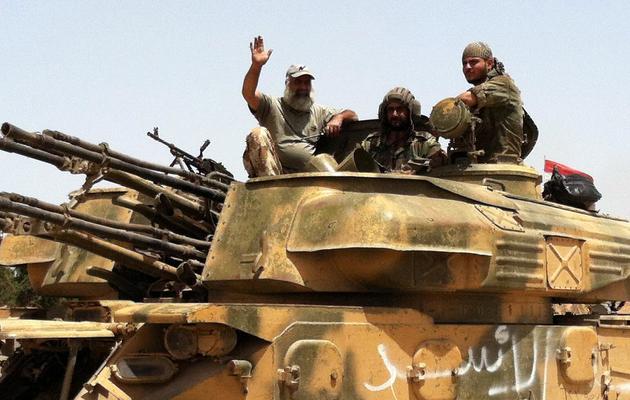 Cette photo prise avec un téléphone portable le 2 juin 2013 montre des tanks de l'armée syrienne en route vers la ville de  Qousseir [ / AFP]