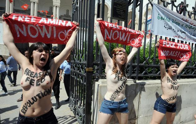 Des militantes du mouvement Femen, allemandes et française, manifestent devant le palais de justice de Tunis, le 29 mai 2013 [Fethi Belaid / AFP/Archives]