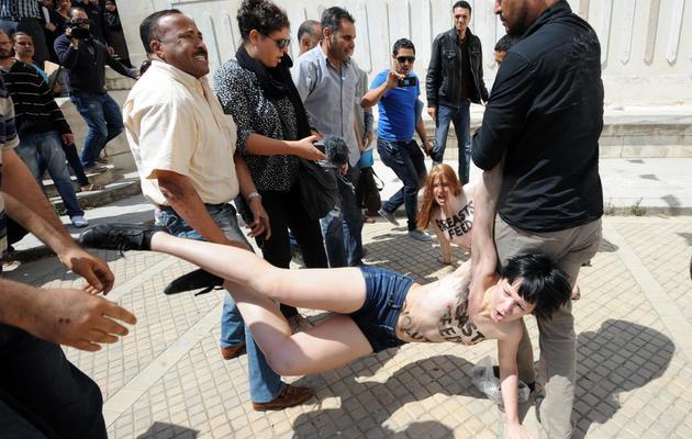 Des militants du groupe Femen sont arrêtées alors qu'elles manifestent devant le palais de justice de Tunis, le 29 mai 2013 [Fethi Belaid / AFP/Archives]