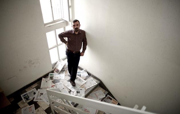 Hadi Heidari, dessinateur de presse iranien pour Shargh, dans les locaux du quotidien, le 2 juin 2013 à Téhéran [Behrouz Mehri / AFP]