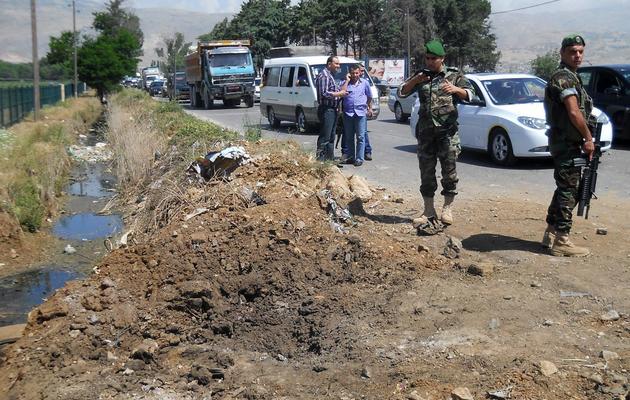 Des militaires libanais sur les lieux d'une explosion, à proximité du principal poste-frontière avec la Syrie, le 10 juin 2013 [ / AFP]
