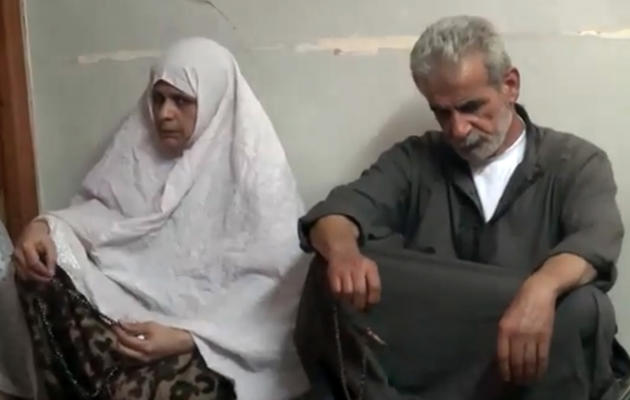 Capture d'écran de You Tube des parents du du jeune Mohammad Qattaa exécuté le 10 juin 2013 par un groupe islamiste armé [- / AFP PHOTO/YOUTUBE]
