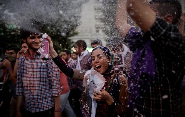 Des Iraniens célèbrent la victoire de Hassan Rohani le 15 juin 2013 à Téhéran [Behrouz Mehri / AFP]