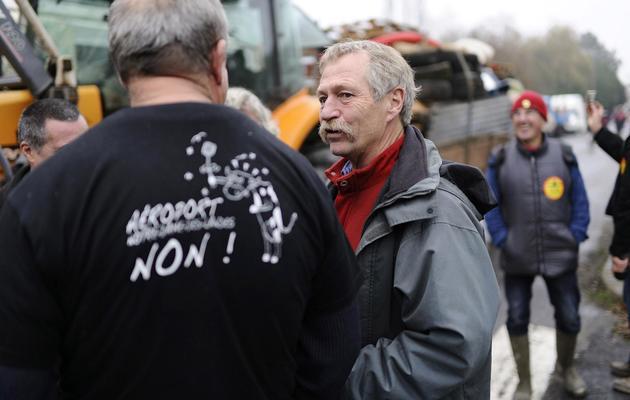 L'eurodéputé José Bové (c) discute avant la manifestation contre le projet d'aéroport à Notre-Dame-des-Landes, le 17 novembre 2012 [Jean-Sebastien Evrard / AFP]
