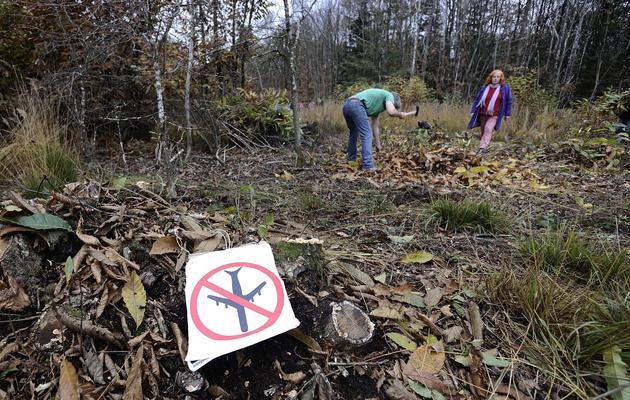 Des occupants d'une terre destinée à la construction de l'aéroport de Notre-Dame-des-Landes, le 17 novembre 2012 [Jean-Sebastien Evrard / AFP]