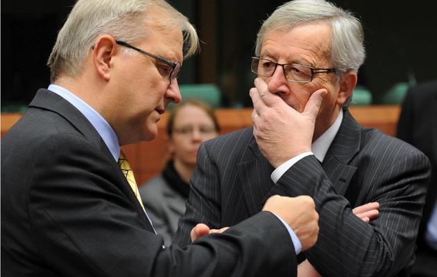 Le commissaire européen Olli Rehn (g) et le chef de file de l'Eurogroupe, Jean-Claude Juncker, le 20 novembre 2012 à Bruxelles [John Thys / AFP]