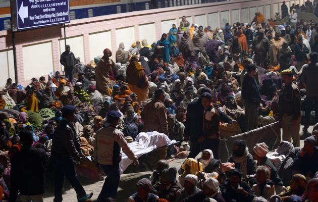 Des corps de victimes après une bousculade lors du plus grand festival religieux du monde à Allahabad, dans le nord de l'Inde, le 10 février 2013 [Roberto Schmidt / AFP]