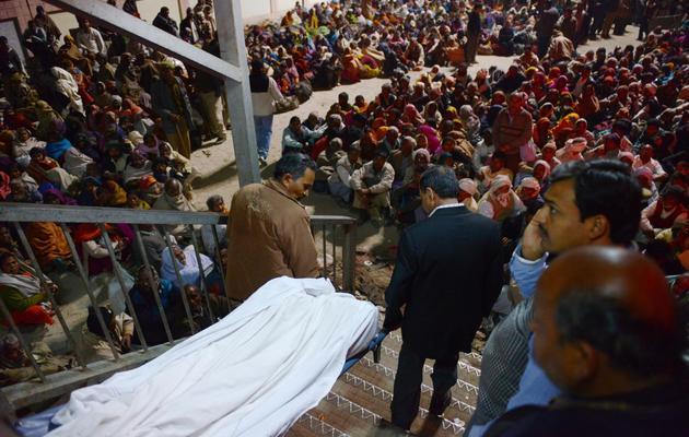 Le corps d'une victime après une bousculade à la gare ferroviaire d'Allahabad, dans le nord de l'Inde, le 10 février 2013 [Roberto Schmidt / AFP]