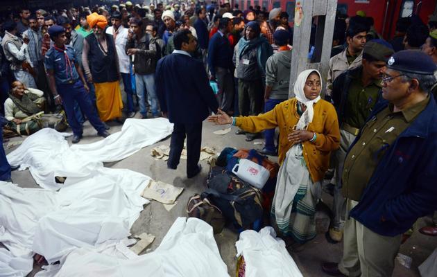 Des corps de victimes après une bousculade à la gare ferroviaire d'Allahabad, dans le nord de l'Inde, le 10 février 2013 [Roberto Schmidt / AFP]
