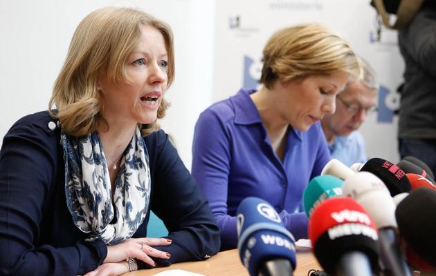 Les substituts du procureur du roi, Ine Van Wymeersch (d) et Anja Bijnens lors d'une conférence de presse après le vol de 50 millions de dollars de diamants à l'aéroport de Bruxelles, le 19 février 2013 à Zaventern [Bruno Fahy / Belga/AFP]