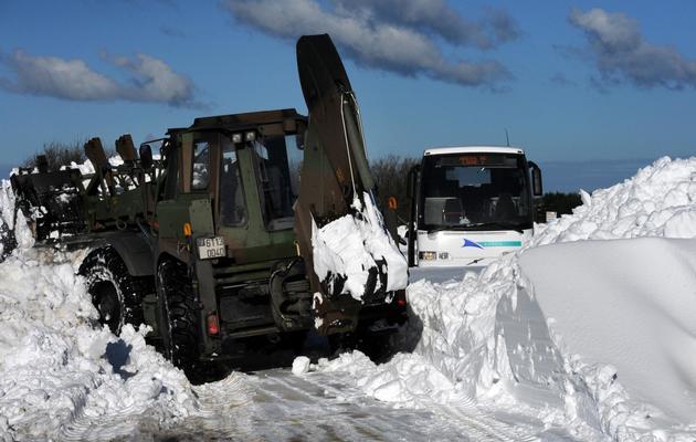 Une pelleteuse de l'armée déblaie la neige le 13 mars 2013 près de Beaumont-Hague [Alain Jocard / AFP]