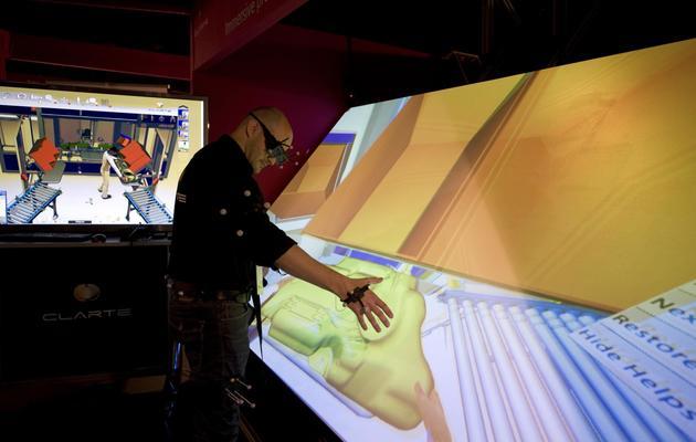 """L'ingénieur français Lionel Dominjon fait une démonstration de l'invention de sa société """"Clarté"""", le 20 mars 2013 au Salon Laval Virtual [Jean-Francois Monier / AFP]"""