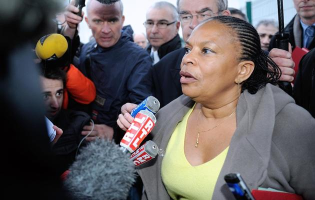 La garde des Sceaux, Christiane Taubira, répond à des journalistes le 13 avril 2013 à Sequedin, dans le Nord [Philippe Huguen / AFP]