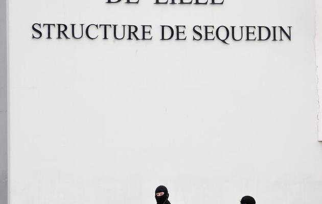 Des membres des Eris devant la prison de Sequedin le 13 avril 2013 [Philippe Huguen / AFP]
