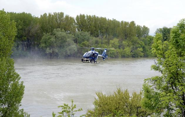 Un hélicoptère de la Gendarmerie nationale participe aux recherches pour retrouver un enfant emporté la veille par une rivière, à Saint-Rambert-d'Albon dans la Drôme, le 1er mai 2013 [Philippe Desmazes / AFP]