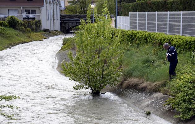 Un gendarme au bord de la rivière Les Claires, où un enfant est porté disparu, le 1er mai 2013 à Saint-Rambert d'Albon dans la Drôme [Philippe Desmazes / AFP]