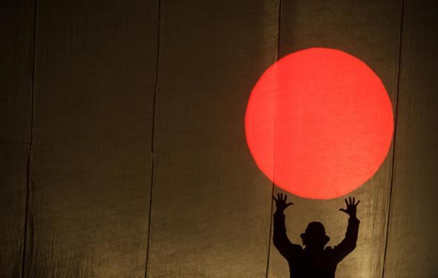 """Un artiste du Cirque Plume lors d'une répétition du spectacle """"Tempus fugit?"""", le 15 mai 2013 à Besançon [Sebastien Bozon / AFP]"""