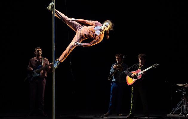"""Des artistes du Cirque Plume lors d'une répétition du spectacle """"Tempus fugit?"""", le 15 mai 2013 à Besançon [Sebastien Bozon / AFP]"""
