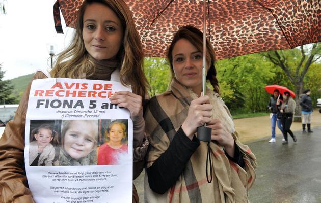 Des volontaires distribuent des avis de recherche pour Fiona, la fillette qui a disparu le 12 mai 2013 à Clermont Ferrand [Thierry Zoccolan / AFP]