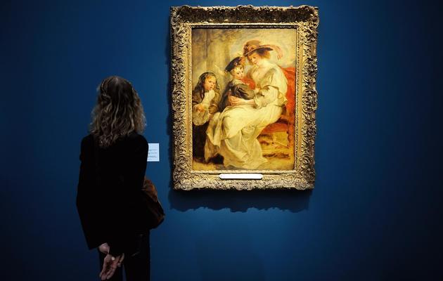 """Rubens a peint là sa deuxième femme, Hélène Fourment  avec deux de ses enfants, une oeuvre présentée le 17 mai 2013 au Louvre-Lens dans l'exposition """"Rubens et l'Europe"""" [Philippe Huguen / AFP]"""