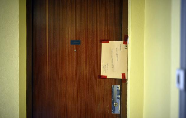 Les scellés laissés par la police  sur la porte de l'appartement dans lequel les corps de deux enfants ont été retrouvés sans vie dans l'appartement de leur père. [Jeff Pachoud / AFP]