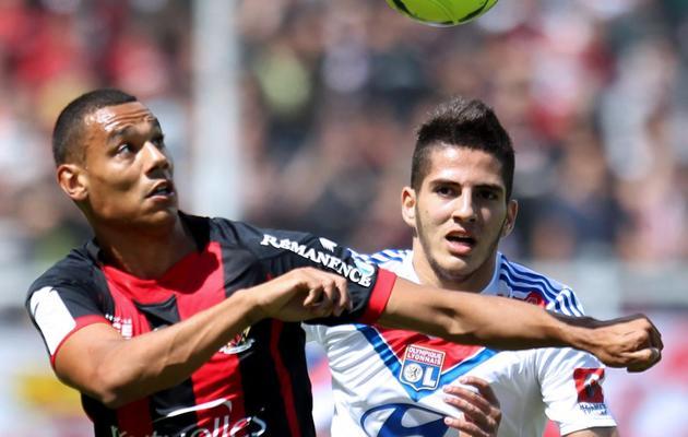 L'attaquant lyonnais Yassine Benzia (d), au duel avec le Niçois  Thimothée Kolodziejczak (g), en championnat, le 19 mai 2013, au stade du Ray, à Nice [Jean Christophe Magnenet / AFP]