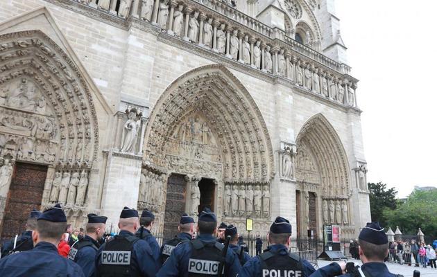 Des policiers devant Notre-Dame de Paris évacuée, le 21 mai 2013 [Pierre Verdy / AFP]