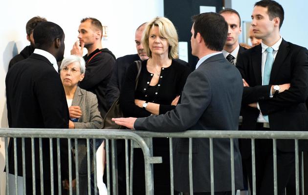 La porte-parole des laboratoires Servier, Lucy Vincent (au centre), devant le tribunal correctionnel de Nanterre, le 21 mai 2013 [Lionel Bonaventure / AFP]