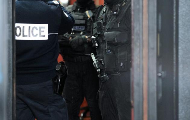 Des membres du GIPN surveillent la cour d'assises où a lieu le procès de Tony Meilhon, le 22 mai 2013 à Nantes [Frank Perry / AFP/Archives]