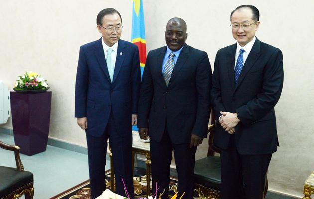 Ban Ki-moon (g) en compagnie du président congolais Joseph Kabila (c) et du président de la Banque mondiale Jim Yong Kim, à Kinshsa, le 22 mai 2013 [Junior D.Kannah / AFP]