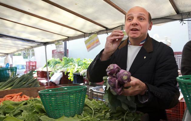 Eric Briffard, chef du palace George V, choisit ses légumes sur un marché de Paris, le 22 mai 2013 [Pierre Verdy / AFP]