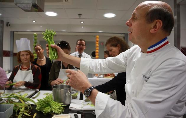 Le chef Eric Briffard montre des asperges qu'il s'apprête à cuisiner au palace parisien George V, le 22 mai 2013 [Pierre Verdy / AFP]