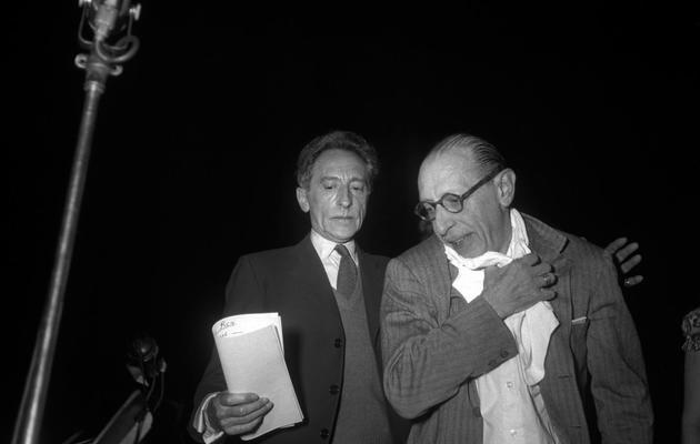 Photo prise le 20 mai 1952 de l'écrivain, dramaturge et peintre Jean Cocteau (C) lors de la représentation de l'Oedipus Rex au théâtre des Champs-Elysées, dirigé par Igor Stravinsky (D) [ / AFP/Archives]