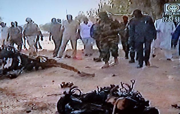 Capture d'une vidéo de la chaîne nigérienne Télé Sahel montrant les débris du véhicule ayant servi à un attentat suicide le 23 mai 2013  à Agadez [ / Télé Sahel/AFP]