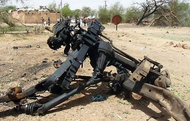 Débris du véhicule utilisé pour un attentat suicide, 23 mai 2013 à Agadez, dans le nord du Niger [ / AFP]