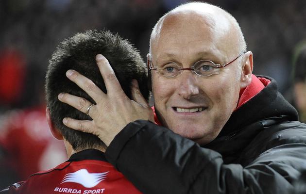 L'entraîneur de Toulon Bernard Laporte félicite ses joueurs après la victoire contre Toulouse (24-9) en demi-finale de Top 14, le 24 mai 2013, à Nantes [Jean-Sebastien Evrard / AFP]