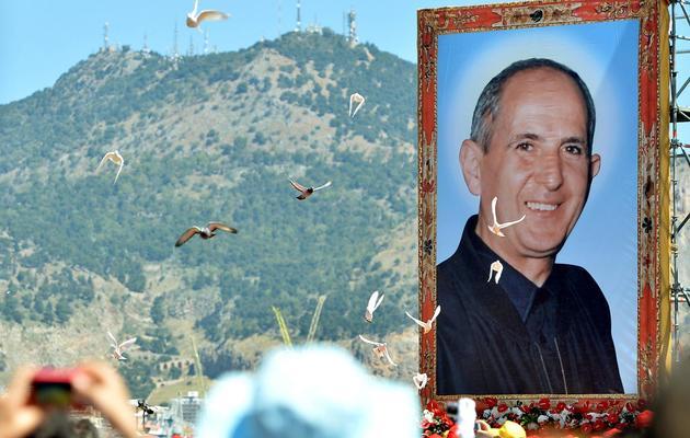 Un portrait géant de Don Puglisi lors de la cérémonie pour sa béatification, le 25 mai 2013 à Palerme [Marcello Paternostro / AFP]