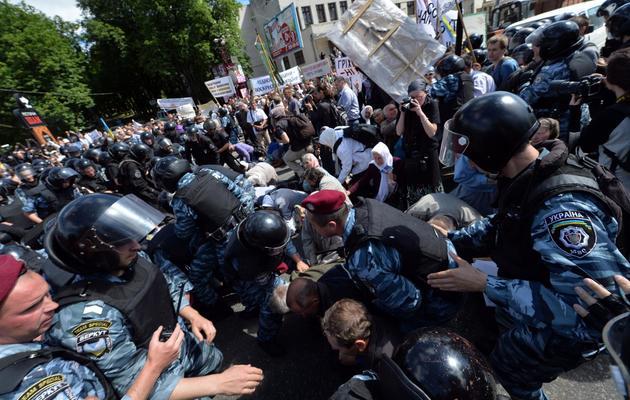 Des militants des droits des homosexuels sont arrêtés par la police, le 25 mai 2013 lors de la gay pride à Kiev [Sergei Supinsky / AFP]