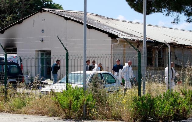 La police scientifique à la recherche d'indices sur le lieu de l'attentat contre le GIR à Ajaccio, le 26 mai 2013 [Pascal Pochard-Casbianca / AFP]
