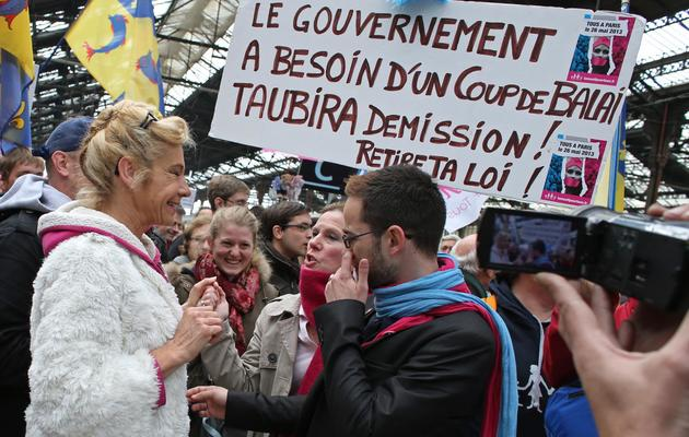 """Des participants à la """"manif pour tous"""" accueillis par Virginie Tellene, alias Frigide Barjot le 26 mai 2013 à Paris [Thomas Samson / AFP]"""