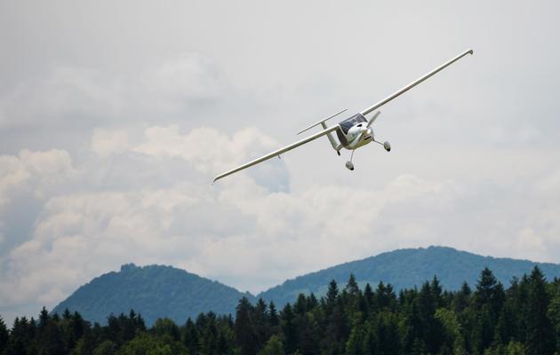 Le biologiste slovène Matevz Lenarcic s'aprête à atterrir, le 26 mai 2013 à l'aéroport de Ljubljana [Jure Makovec / AFP]