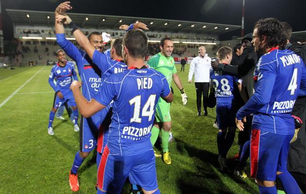 La joie des joueurs de Nice, 4e de Ligue 1 et qualifiés pour l'Europa League, après leur succès à Ajaccio, le 26 mai 2013 [Pascal Pochard-Casbianca / AFP]