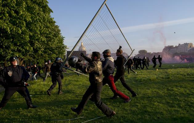 En marge de la manifestation contre le mariage pour tous, des personnes affrontent la police, le 26 mai 2013 à Paris [Fred Dufour / AFP]
