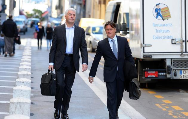 Le banquier suisse François Rouge (g) arrive avec son avocat au procès du Cercle Concorde à Marseille, le 27 mai 2013 [Gerard Julien / AFP]