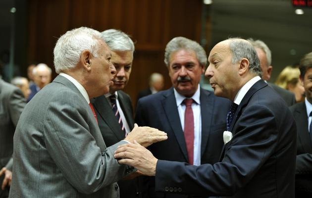 Plusieurs ministres européens des Affaires étrangères en discussion, dont le Français Laurent Fabius, le 27 mai 2013 à Bruxelles [Georges Gobet / AFP]