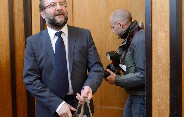Gérard Dalongeville, ancien maire PS d'Hénin Beaumont arrive, le 27 mai 2013, au tribunal de Béthune [Denis Charlet / AFP]