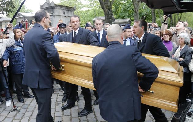 Le cercueil de Georges Moustaki lors de ses obsèques, le 27 mai 2013 au cimetière du Père Lachaise, à Paris [Francois Guillot / AFP]