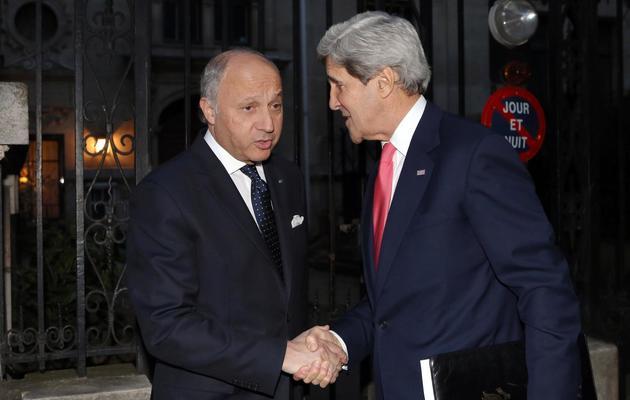 Le secrétaire d'Etat américain John Kerry (d) et le ministre français des Affaires étrangères, Laurent Fabius, le 27 mai 2013 à Paris [Frederic de la Mure / Pool/AFP]